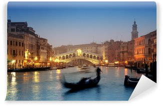 Vinylová Fototapeta Most Ponte di Rialto a gondoly na mlhavé podzimní večer v Benátkách.