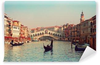 Vinylová Fototapeta Most Ponte di Rialto a gondoly v Benátkách.