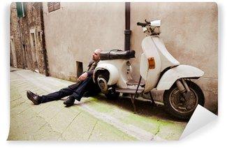 Vinylová Fototapeta Muž seděl poblíž Retro Scooter. Perugia. Itálie.