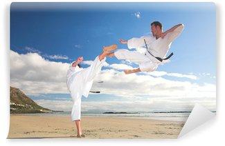 Vinylová Fototapeta Muži cvičit karate na pláži
