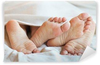 Vinylová Fototapeta Nohy pár v posteli