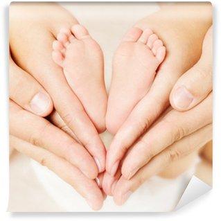 Vinylová Fototapeta Novorozené dítě nohy v rukou rodičů. Láska simbol jako srdce znamení