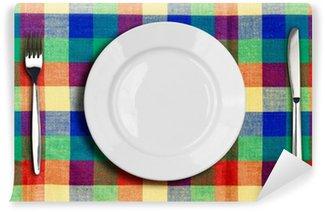 Vinylová Fototapeta Nůž, talíř a vidlička na vícebarevné kontrolovány ubrus
