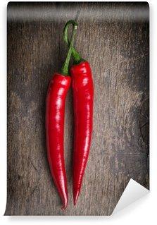 Vinylová Fototapeta Pár červené chilli papričky na starý dřevěný stůl