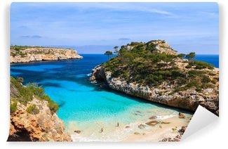 Vinylová Fototapeta Pár lidí na Cala des Moro pláži, ostrov Mallorca, Španělsko