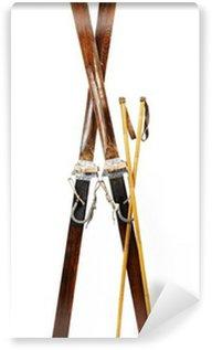 Vinylová Fototapeta Pár starých dřevěných Sjezdové lyže izolovaných na bílém