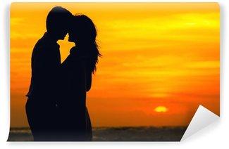 Vinylová Fototapeta Pár v lásce na pláži oceánu při západu slunce
