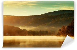 Fototapeta Winylowa Piękna jesień krajobraz, jezioro w porannej mgle