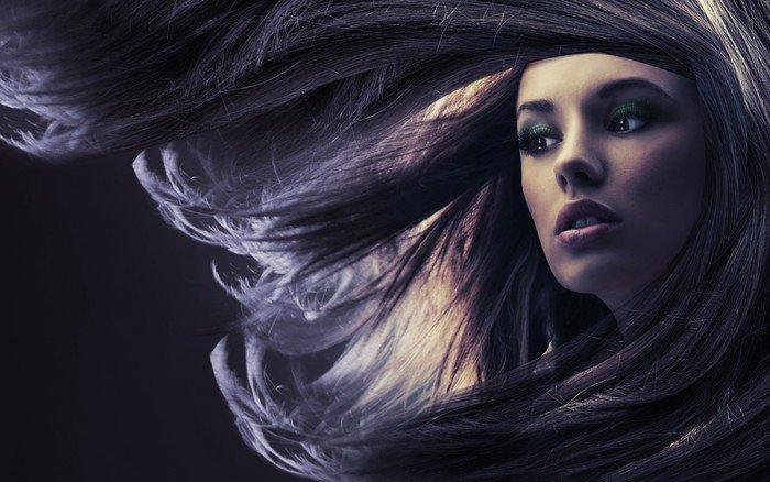 Fototapeta Winylowa Piękna pani z długimi brązowymi włosami, w świetle księżyca - Tematy
