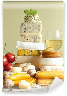 Vinylová Fototapeta Pile sýrů mnoho různých typů s vinnými hrozny a ořechy