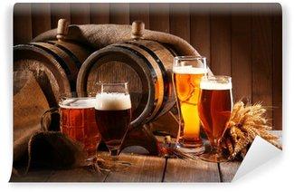 Vinylová Fototapeta Pivní sud s pivní sklenice na stole na dřevěném pozadí