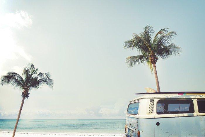 Fototapeta Pixerstick Vintage auto zaparkované na tropické pláži (moře) s surf na střeše - volný čas výlet v létě - Koníčky a volný čas