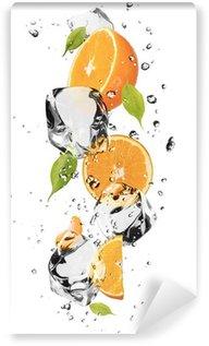 Vinylová Fototapeta Pomeranče s kostkami ledu, izolovaných na bílém pozadí