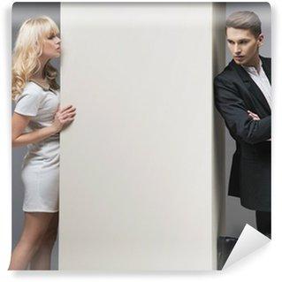 Fototapeta Winylowa Powabna blondynka próbuje złapać swojego chłopaka