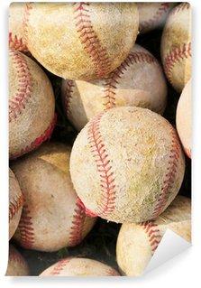 Vinylová Fototapeta Prohlíží nahromadilo hromadu starých baseballu v zeleném