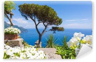 Vinylová Fototapeta Ravello, Amalfi Coast, Salerno, Itálie. Modré nebe a moře s bílými květy