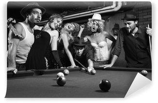Vinylová Fototapeta Retro skupina snaží rozptýlit muže, jak bere bazén výstřel.