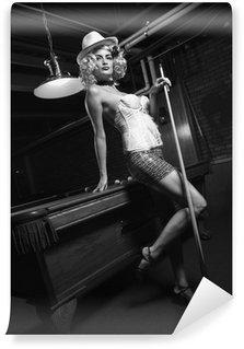 Vinylová Fototapeta Retro ženy stojící v přední části kulečníkem.