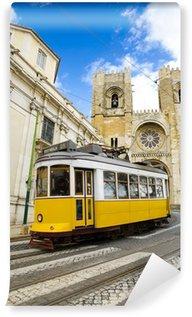 Vinylová Fototapeta Romantický Lisabon ulice s typickou žlutou tramvají