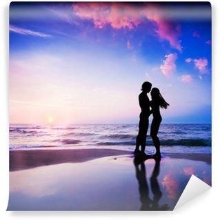 Vinylová Fototapeta Romantický pár v lásce na pláži při západu slunce