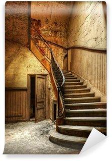 Fototapeta Winylowa Rozkładających się schody w opuszczonym centralnego biura