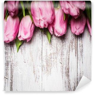 Fototapeta Winylowa Różowe tulipany na drewnianym stole