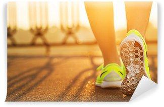 Vinylová Fototapeta Runner žena nohy běžící na silnici detailní na boty.