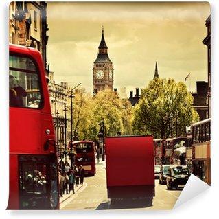 Vinylová Fototapeta Rušná ulice v Londýně, Anglie, Spojené království. Červené autobusy, Big Ben