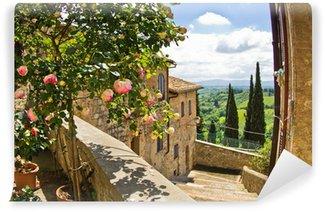 Vinylová Fototapeta Růže na balkon v San Gimignano, Toskánsko krajiny pozadí