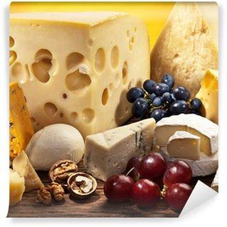 Vinylová Fototapeta Různé druhy sýrů, přes starý dřevěný stůl.