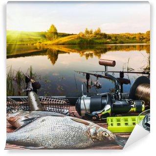 Vinylová Fototapeta Rybářské náčiní a ulovené ryby na stole