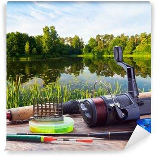 Vinylová Fototapeta Rybářské potřeby na pontonu na pozadí jezera