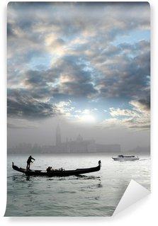 Vinylová Fototapeta Sám Gondola v mlhavé ráno, Benátky, Itálie