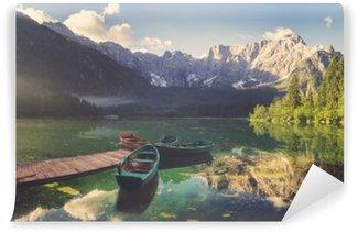 Fototapeta Samoprzylepna Jezioro alpejskie o świcie, pięknie oświetlone góry, retro kolory, vintage__