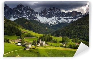 Fototapeta Winylowa Santa Maddalena dolomity grupa, Val di Funes, Włochy, Europa.