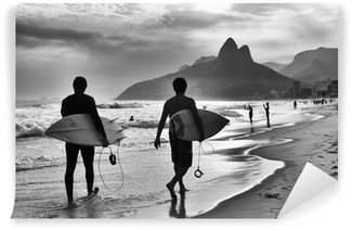 Vinylová Fototapeta Scenic černé a bílé pohled na Rio de Janeiru v Brazílii s brazilskou surfaři chůze podél břehu pláže Ipanema