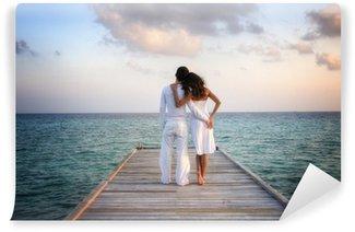 Vinylová Fototapeta Sensual šťastný pár v bílém oblečení na molu (Maledivy)