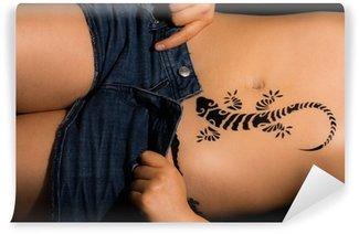 Vinylová Fototapeta Sexy dívka svlékání s gecko tetování