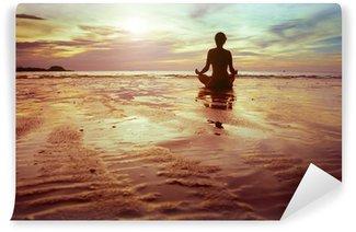 Fototapeta Vinylowa Sport i fitness, sylwetka kobieta medytacji na plaży