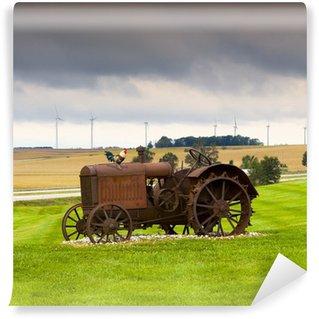 Vinylová Fototapeta Staré rezavé traktor s větrnými turbínami v pozadí.