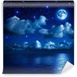 Vinylová Fototapeta Super měsíc v hvězdnou oblohu s mraky a moře