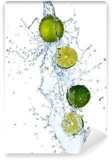 Fototapeta Vinylowa Świeże limonki z plusk wody, na białym tle