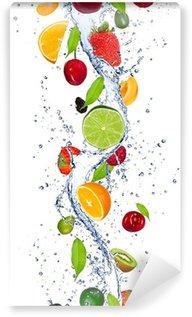 Fototapeta Winylowa Świeże owoce wchodzące w plusk wody