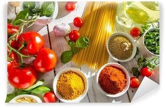 Fototapeta Winylowa Świeże warzywa i przyprawy w kuchni włoskiej
