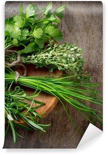 Fototapeta Winylowa Świeże zioła na drewnianym stole