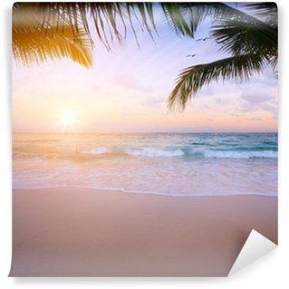 Fototapeta Winylowa Sztuki piękne wschód słońca nad tropikalnej plaży