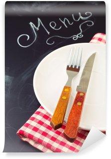 Vinylová Fototapeta Talíř, nůž a vidličku na ubrus přes tabuli pozadí