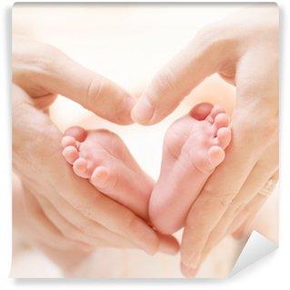 Vinylová Fototapeta Tiny novorozence nohy na ženské srdce ve tvaru ruce Closeup