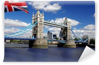 Vinylová Fototapeta Tower Bridge s vlajkou Anglie v Londýně