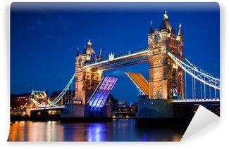 Fototapeta Winylowa Tower Bridge w Londynie, w Wielkiej Brytanii w nocy